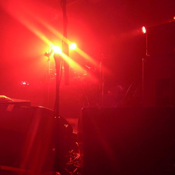 Bild der leeren Bühne kurz vor dem Equilibrium-Konzert