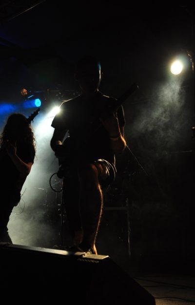 Bassist und Gitarrist von ARCHSPIRE während ihres Auftritts im Conne Island Leipzig.